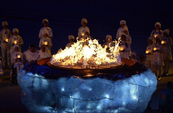 Чаша Паралимпийского огня во время церемонии закрытия XI зимних Паралимпийских игр в Сочи