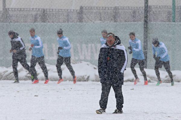 Главный тренер ФК АЗ (Алкмар) Дик Адвокат во время тренировки на стадионе Локомотив в Москве