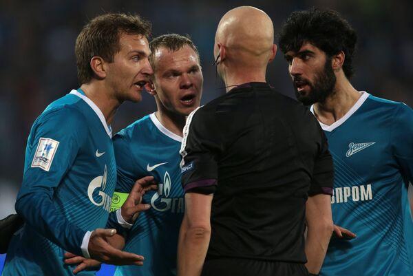 Футболисты Зенита Доменико Кришито, Александр Анюков и Нету апеллируют к арбитру Сергею Карасёву