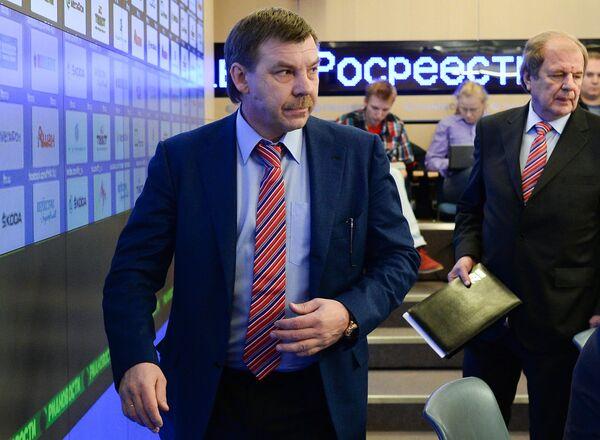 Главный тренер мужской сборной России по хоккею Олег Знарок (слева)