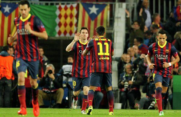 Футболисты Барселоны празднуют забитый гол.