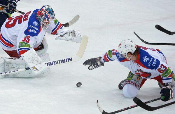 Игроки ХК Лев Петри Веханен и Ондржей Немец (справа)