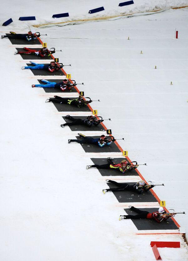 Спортсменки на огневом рубеже гонки с масс-старта в соревнованиях среди женщин на Гонке чемпионов 2014 по биатлону в спорткомплексе Олимпийский