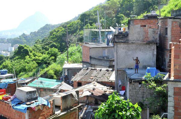 Вид на фавелу в бразильском городе Рио-де-Жанейро