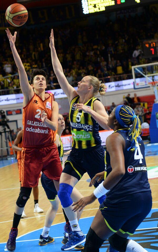 Форвард Галатасарая Альба Торренс, баскетболистки Фенербахче Агнешка Быбржицка и Изабель Якубу-Деуи (слева направо)