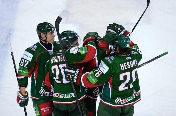 Хоккеисты Ак Барса Евгений Медведев, Янне Песонен, Тим Стэплтон и Шон Хешка (слева направо)