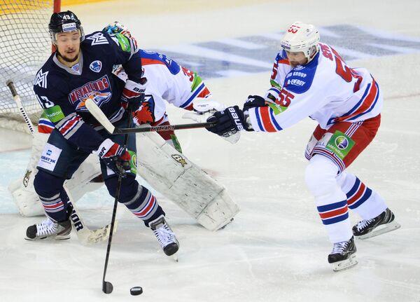 Нападающий Металлурга Ян Коварж (слева) и нападающий Льва Мартин Шевц
