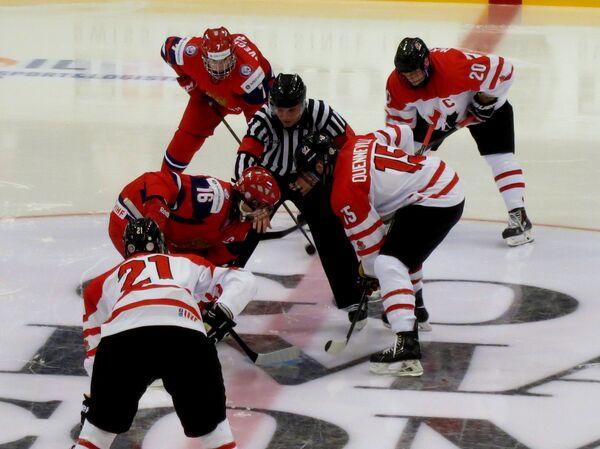 Игровой момент хоккейного матча юниорского чемпионата мира Канада - Россия