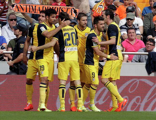 Футболисты Атлетико радуются забитому мячу в ворота Валенсии