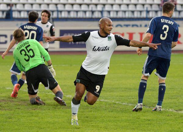 Нападающий ФК Краснодар Ари Арикленес да Силва Феррейра (в центре) забивает мяч в ворота Волги