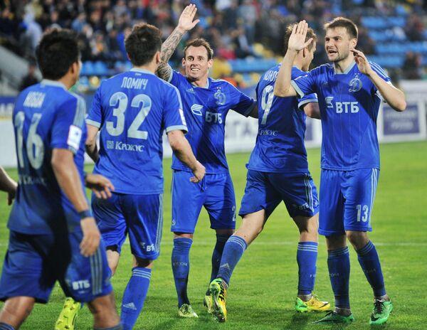 Футболисты Динамо радуются забитому голу в матче 28-го тура чемпионата России по футболу