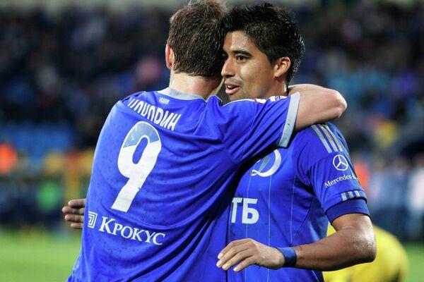 Футболисты Динамо Александра Кокорин и Кристиан Нобоа (слева направо) радуются забитому голу в ворота Ростова