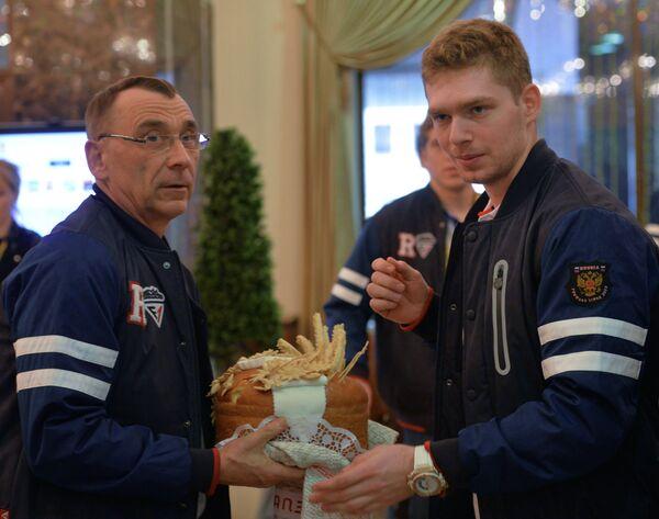 Хоккеист сборной России по хоккею Евгений Кузнецов (справа) в холле Президент-отеля в Минске