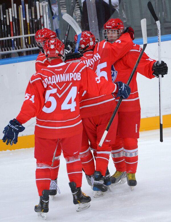 Игроки сборной Восток во время матча юниоров КХЛ