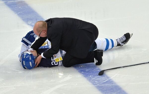 Врач оказывает первую помощь игроку сборной Финляндии Пекке Йормакку