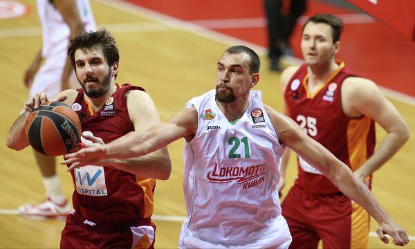 Алексей Жуканенко (в белом)