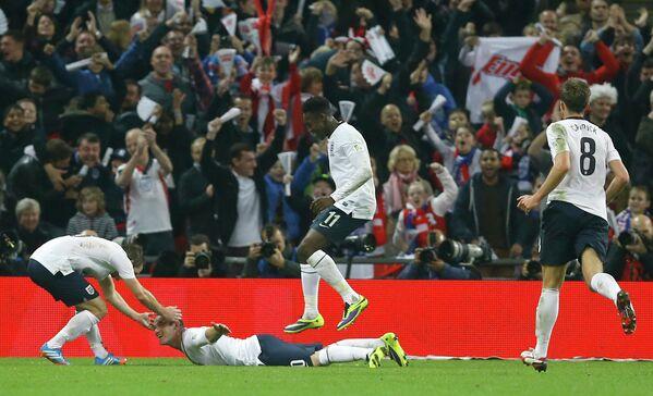 Футболисты сборной Англии во главе с Уэйном Руни (второй справа)