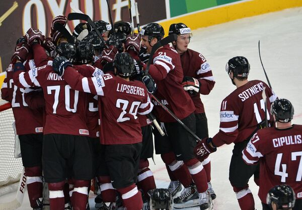 Хоккеисты сборной Латвии радуются победе