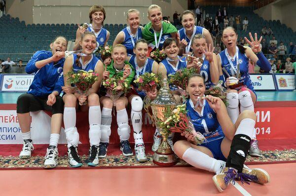Волейболистки Динамо-Казань с кубком на церемонии награждения