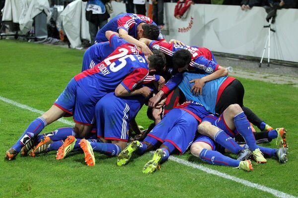 Футболисты Базеля радуются победе в чемпионате Швейцарии