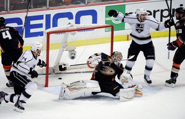 Хоккеист Лос-Анджелеса Майк Ричардс радуется заброшенной шайбе в ворота Анахайма
