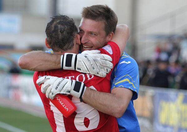 Футболисты Уфы Давид Юрченко (справа) и Дмитрий Голубов