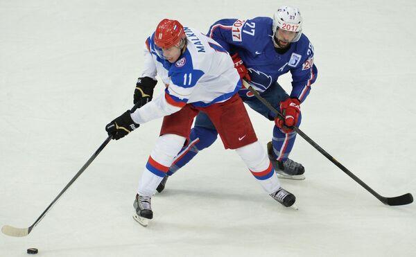 Нападающий сборной России Евгений Малкин (слева) и защитник сборной Франции Батист Амар