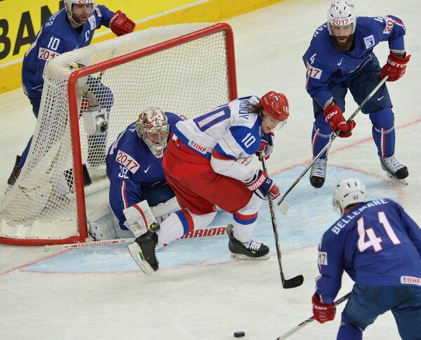 Нападающий сборной России Виктор Тихонов (в центре) в четвертьфинальном матче чемпионата мира по хоккею