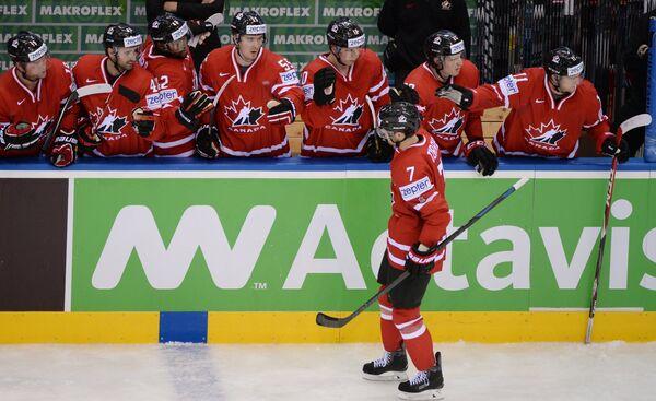 Хоккеисты сборной Канады радуются забитому голу