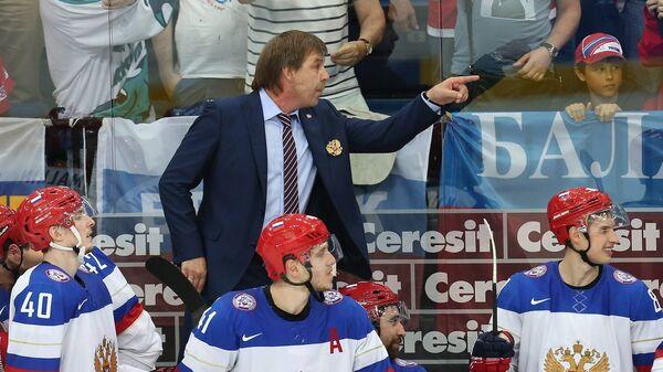 Главный тренер сборной России по хоккею Олег Знарок во время матча со шведами