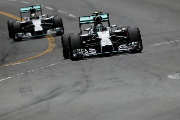 Автогонщики команды Мерседес Нико Росберг и Льюис Хэмилтон на Гран-при Монако