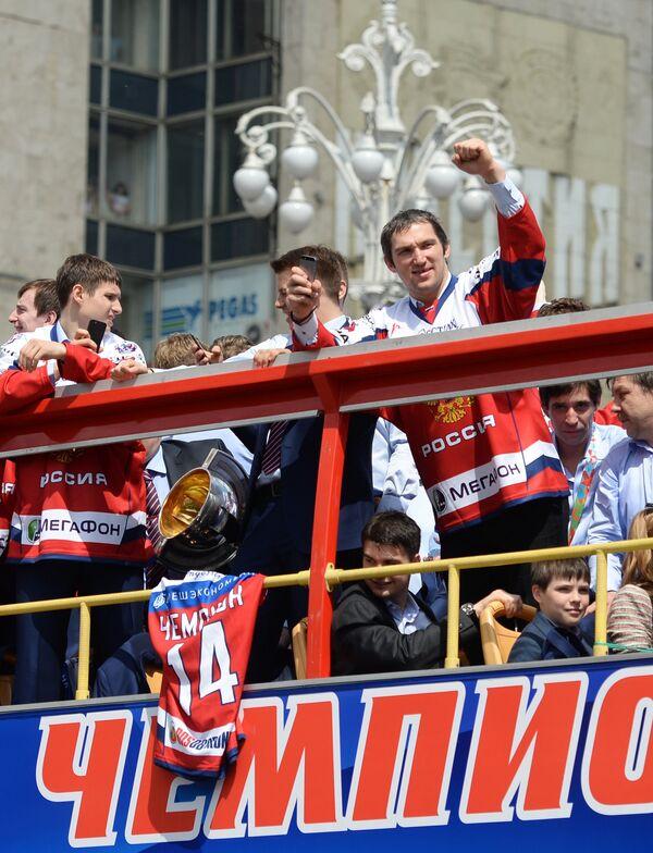 Александр Овечкин (справа)