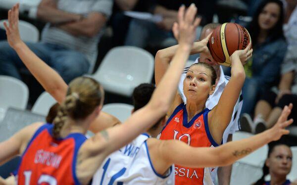 Защитник сборной России Татьяна Абрикосова (справа) в товарищеском матче женских сборных России и Великобритании