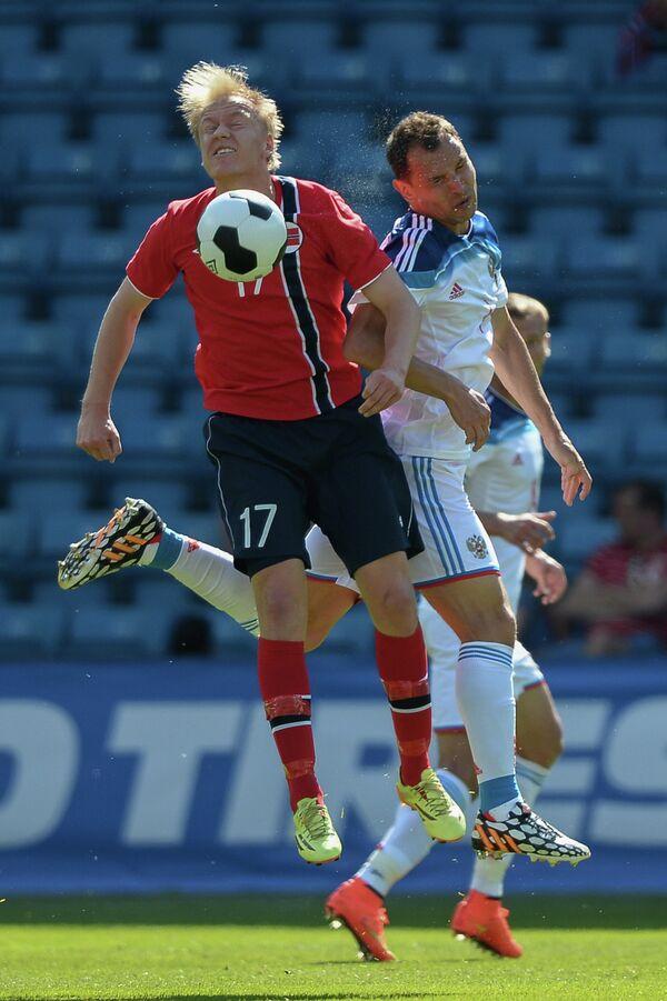 Нападающий сборной Норвегии Хавард Нильсен и защитник сборной России Сергей Игнашевич (слева направо)