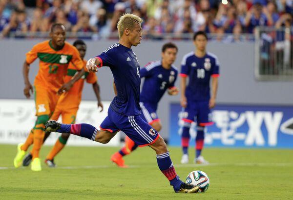 Полузащитник сборной Японии Кэйсукэ Хонда забивает пенальти в ворота Замбии