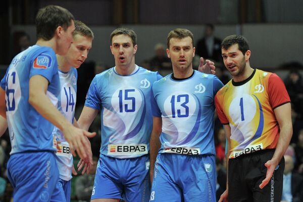 Волейболисты команды Динамо Хачатур Степанян, Петр Вереш, Павел Круглов, Дмитрий Щербинин и Валентин Безруков (справа налево)