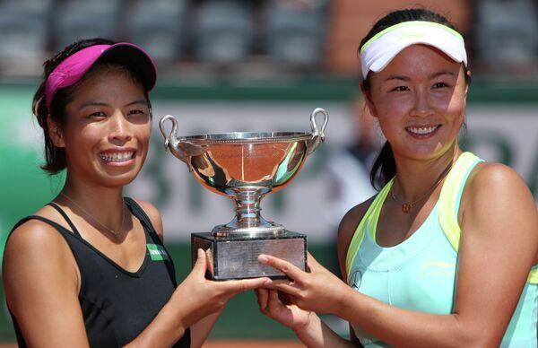 Представительница Тайваня Си Сувэй и китаянка Пэн Шуай завоевали титул на Открытом чемпионате Франции по теннису в парном разряде.