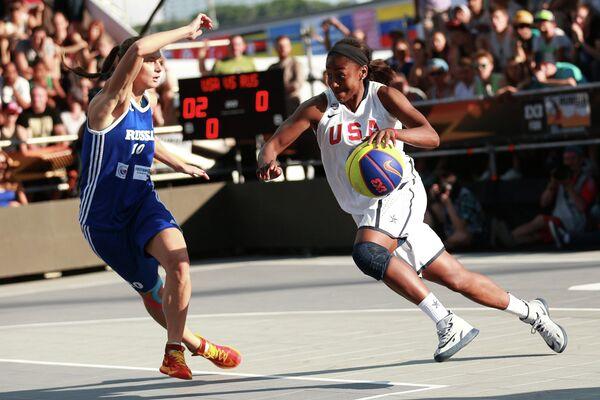 Баскетболистка сборной России Александра Столяр (слева)