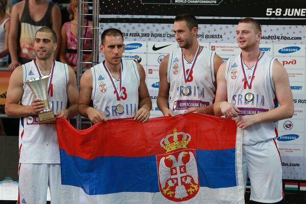 Игроки сборной Сербии, занявшие второе место на чемпионате мира по баскетболу 3х3