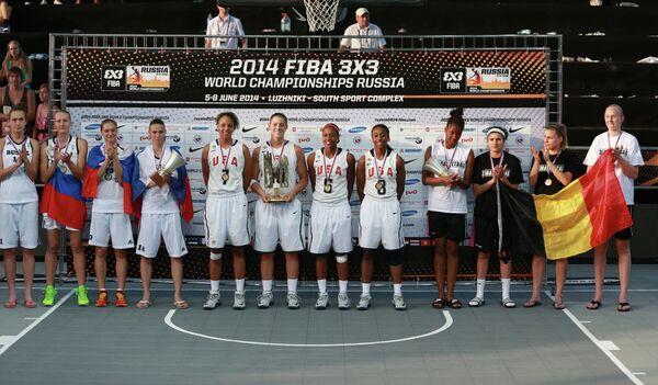 Игроки сборных России, США и Бельгии (слева направо) во время церемонии награждения на чемпионате мира по баскетболу 3х3 среди женщин.