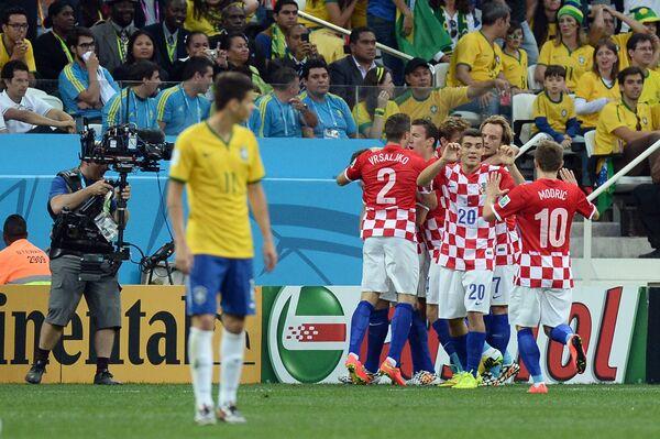 Футболисты сборной Хорватии радуются забитому голу