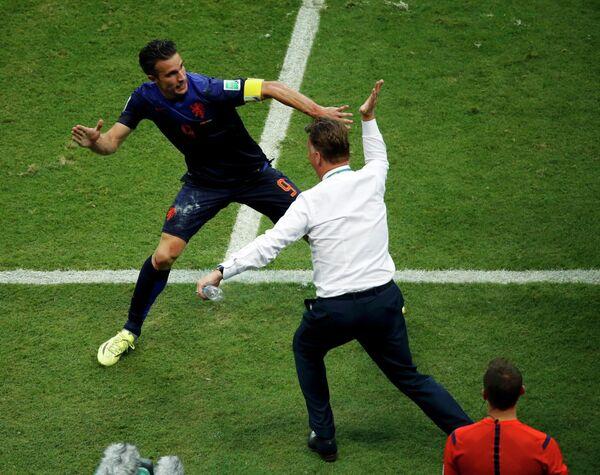 Нападающий сборной Голландии Робин ван Перси и главный тренер оранжевых Луи ван Гал празднуют первый забитый гол в ворота испанской команды