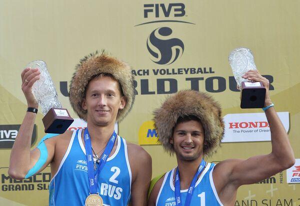 Волейболисты сборной России Константин Семенов (слева) и Вячеслав Красильников, занявшие первое место в мужском турнире московского этапа Большого шлема