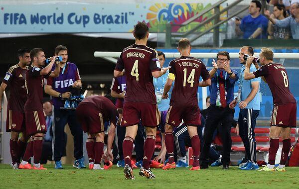 На фото: главный тренер сборной России Фабио Капелло (третий справа) и игроки команды на матче группового этапа чемпионата мира по футболу 2014 между сборными командами России и Южной Кореи.