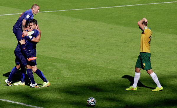 Футболисты сборной Голландии радуются забитому мячу в ворота австралийцев