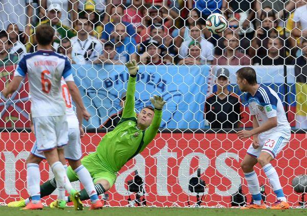 Вратарь сборной России Игорь Акинфеев (в центре) пропускает гол от сборной Бельгии