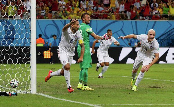 Футболисты сборной США празднуют гол Клинта Демпси.