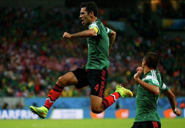 На фото: мексиканский защитник Рафаэль Маркес.
