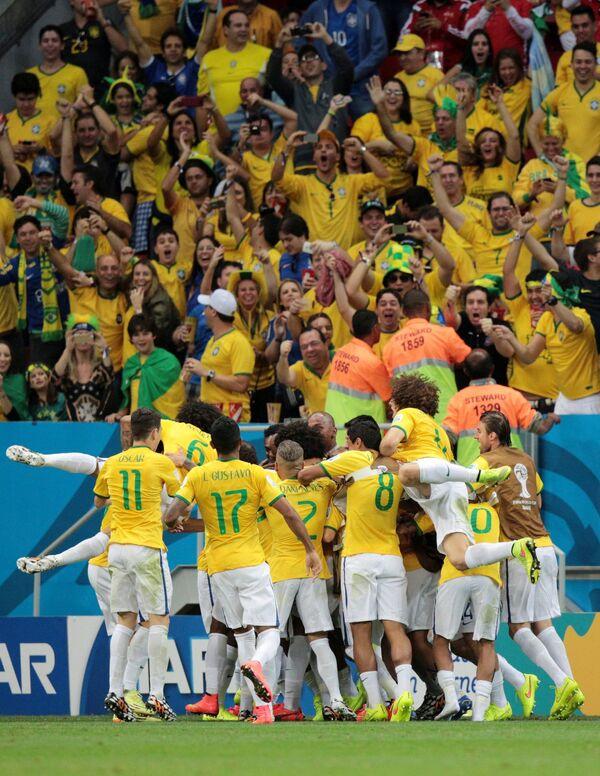 Футболисты сборной Бразилии Оскар, Марсело, Луис Густаво, Дани Алвес, Паулиньо, Виллиан и Неймар (слева направо) радуются победе.
