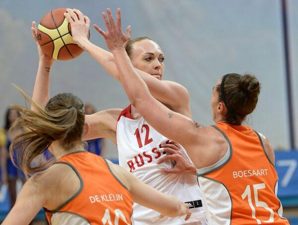Баскетболистки сборной Нидерландов Марлоу де Клейн (слева), Надине Бусарт (справа) и форвард сборной России Ирина Осипова